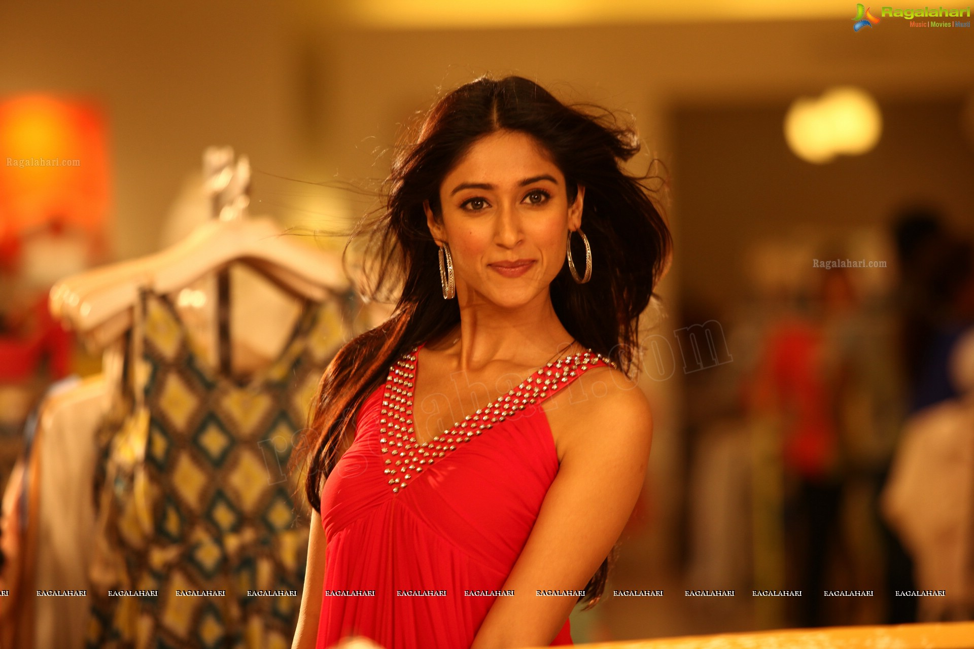 Gorgeous Actress Ileana in Midriff Dress - High Definition Photos